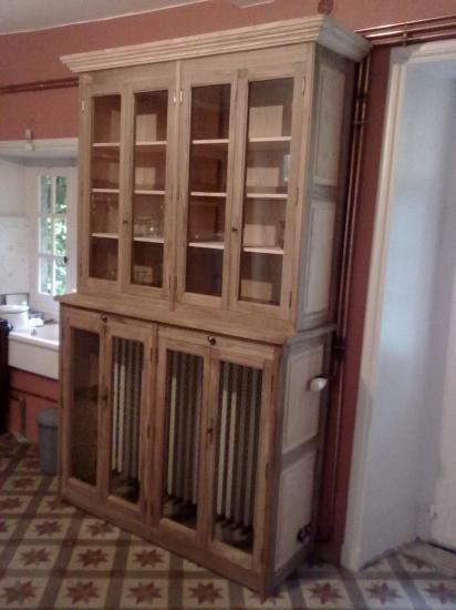 vaisselier, bâtit et portes en noyer, panneaux en châtaignier