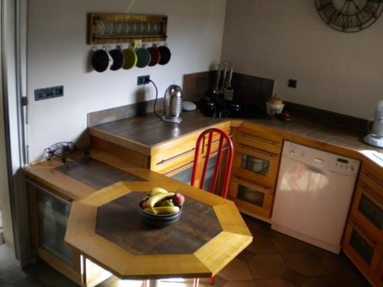 cuisine intégrée en merisier et verre dépoli