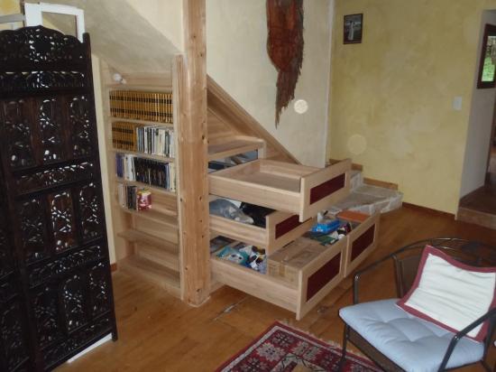 meuble sous escalier en frêne et verre laqué